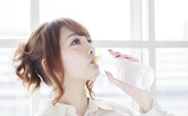 シリカ水を飲む女性イメージ画像