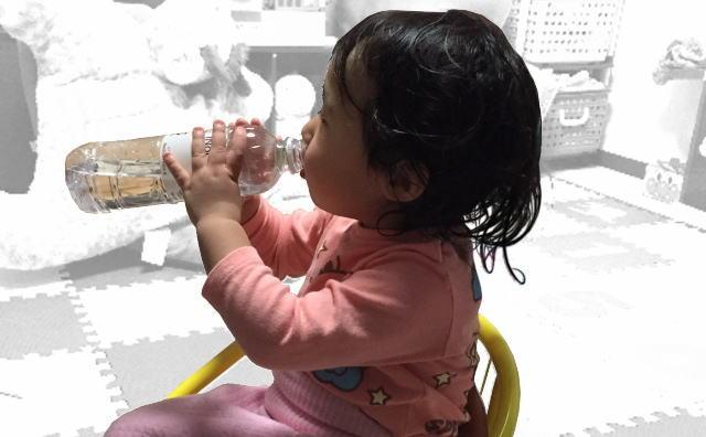 シリカ水イノチの水を飲む2歳児イメージ画像